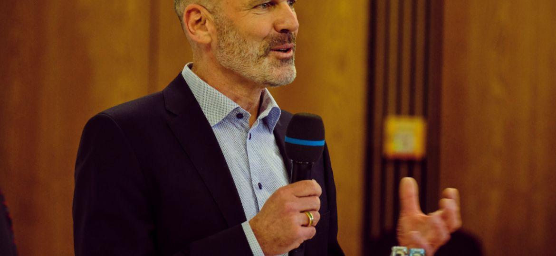 Pressekonferenz_Adrian_Jones_c_Markenfotografie